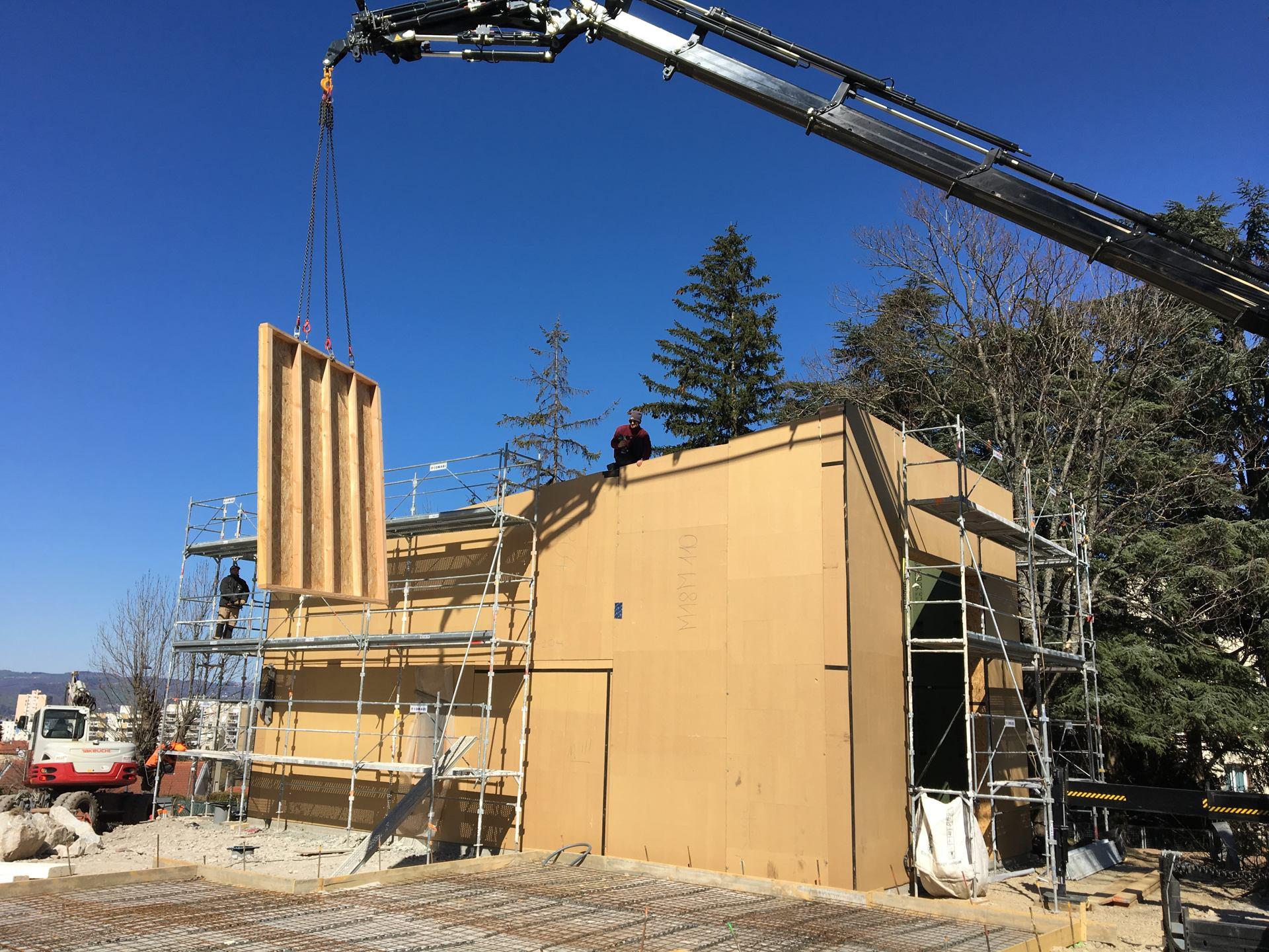 Les Jardins Clemenceau phase 2:  Démarrage de la pose des murs et de la toiture préfabriqués en bois paille de la 1ère des 5 maisons passives en 24h chrono !