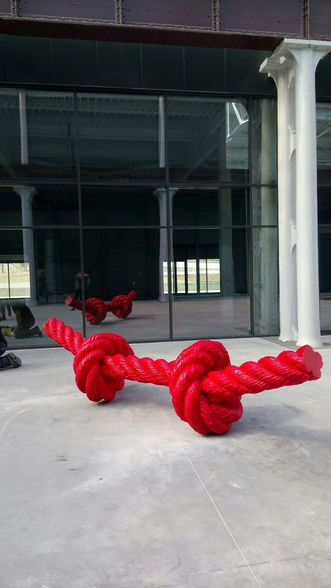 Pose de l'œuvre Double Noeud  de Lilian Bourgeat, sculpteur dijonnais, sur Hall 1. (mise en œuvre d'art :   Belugart)